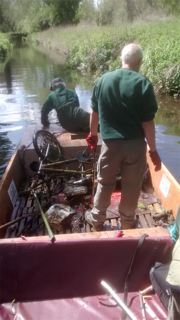 Cleaning the Stour by punt